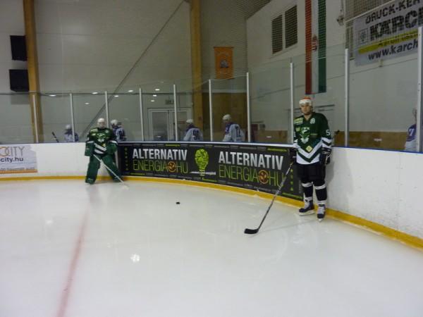 játékosok a palánk előtt