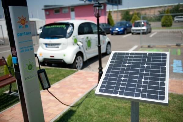 Az MVM Csoport elektromos autója feltöltés alatt az MVM Partner töltőállomásán