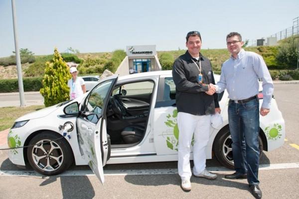Gyulay Zsolt, a Hungaroring Zrt. elnök-vezérigazgatója és Bali Attila, az MVM Partner ZRt. vezérigazgatója a MVM Csoport elektromos autója mellett