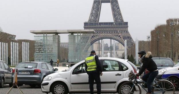 Párizsban bevezetik a gépjárművek környezetvédelmi besorolását jelző plaketteket