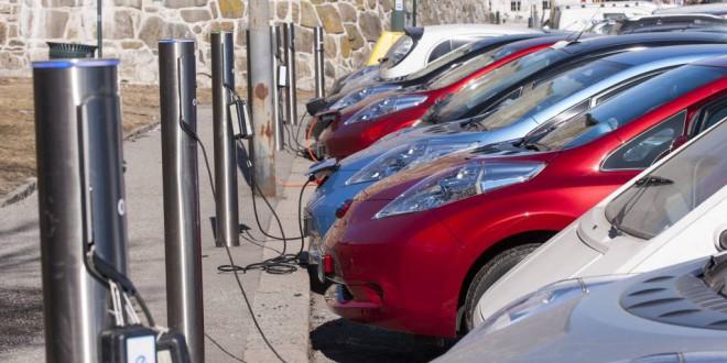 Húsz év múlva az autók harmada elektromos lehet