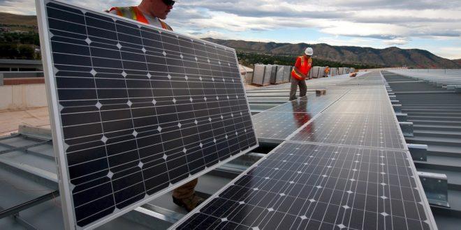 A tetőre vagy a földre környezetbarátabb napelemet telepíteni?