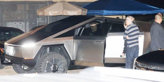 Elon Musk a Tesla Cybertruckkal ment vacsorázni