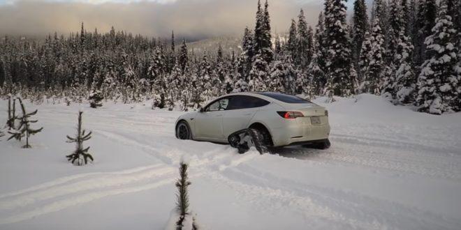 Lerobbant a lánctalpas Tesla